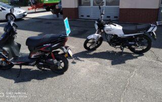 Zdjęcie dwóch motorowerów