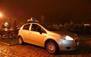 Zdjęcie samochodu marki Fiat Punto nocą