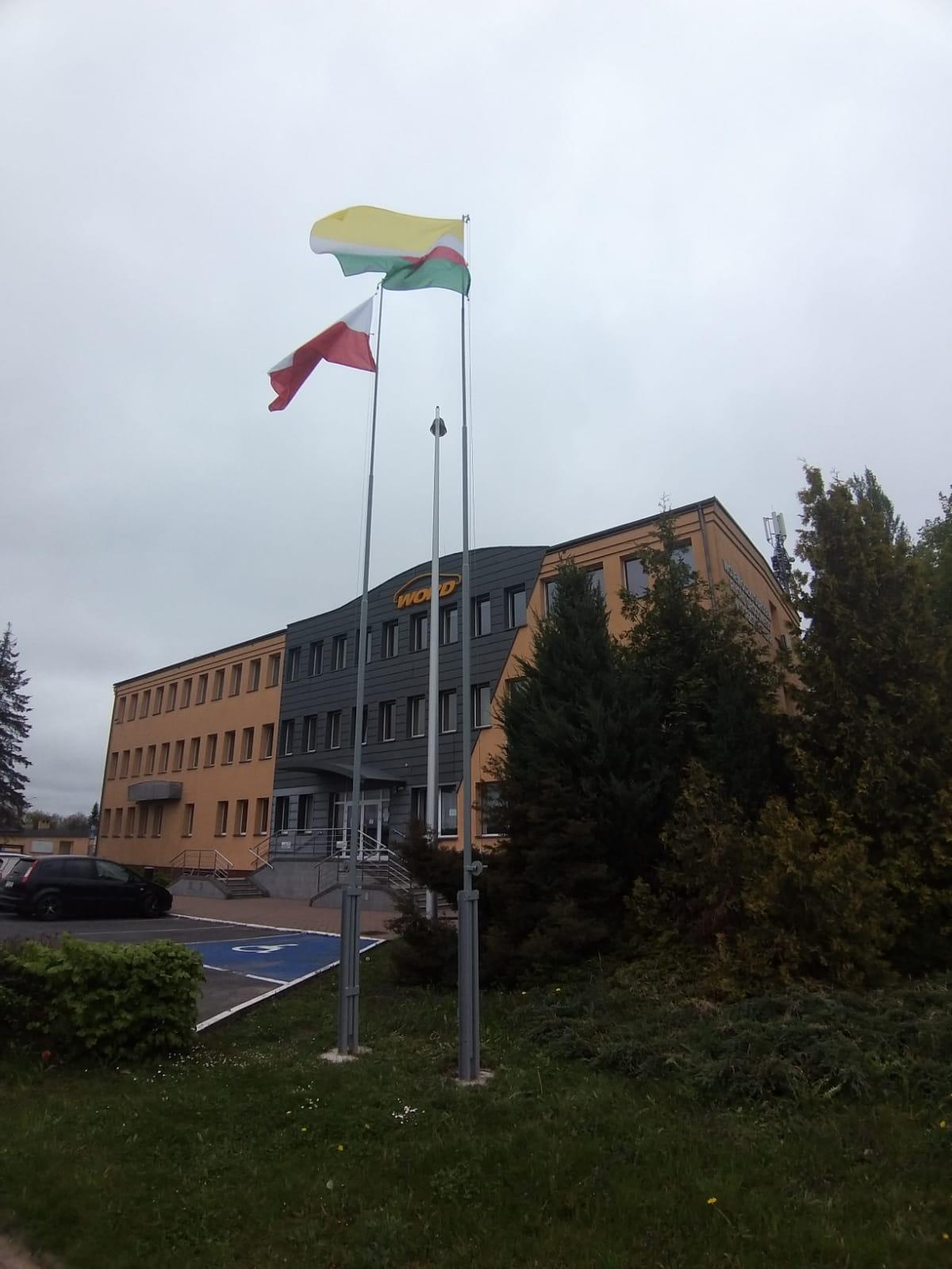 Zdjęcie masztów z flagami Polski i Województwa Lubuskiego przed siedzibą WORD